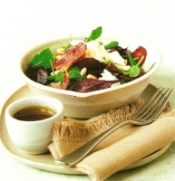 Салат из бекона, моцареллы и кедровых орехов