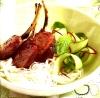 Отбивные из ягнятины с рисовой лапшой и соусом хойсин