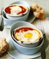 Запеченные яйца с ветчиной и помидорам