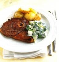 Пикантная ягнятина с огуречным салатом