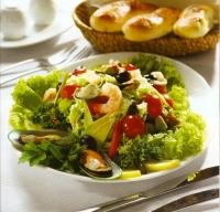 Салат из копченой семги, осетра, креветок и мидий