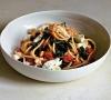 Спагетти с томатами, зеленью и моцареллой