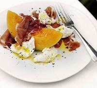 Салат из моцареллы, хамона и дыни