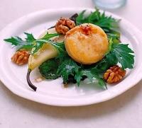 Козий сыр на гриле с грушей и салатом из грецкого ореха